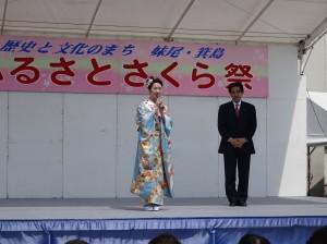 逢沢先生に見守られて挨拶する増田女王